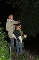 Mutter mit Kindern bei nächtlicher Fledermaus-Exkursion, Nachtwanderung mit Taschenlampe und Fledermaus-Detektor, Fledermausdetektor, Detektor, Fledermaus, Fledermäuse, Exkursion, Nachtwanderung