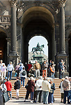 Deutschland, Freistaat Sachsen, Dresden: Zwinger, barockes Bauwerk, Blick durch die Sempergallerie zum Koenig Johann Denkmal | Germany, the Free State of Saxony, Dresden: Zwinger Palace, baroque building, view through Semper Gallery towards King John equestrian sculpture