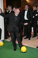 Sportschau-Ikone Heribert Fassbender schieflt auf die Torwand