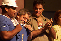 (esq. para dir)Lula recebe camisa de funcionário da CVRD beneficiado com o programa primeiro emprego do governop federal  durante a inauguração da fábrica de cobre do Sossego da CVRD ao lado o pres da CVRD Roger Agnelli.<br />Canaã dos Carajás, Pará Brasil.<br />02/07/2004.<br />Foto Paulo Santos/Interfoto