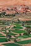 Morocco, High Atlas, near Ouerzazate: Irrigated strips of crops along the Dades Valley with desert behind | Marokko, Hoher Atlas, bei Ouerzazate: bewaesserte Felder im Dadestal
