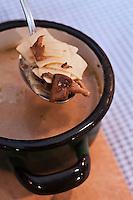 Europe/Voïvodie de Petite-Pologne/Cracovie: Soupe au champignons des bois et pâtes fraiches  au restaurant: Polskie Jaddlo Klasyka Polska