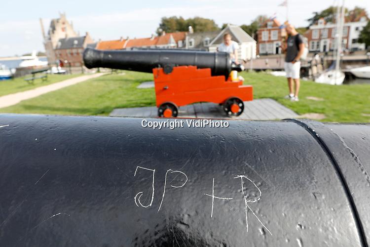 Foto: VidiPhoto<br /> <br /> VEERE – Voor het schieten met de historische kanonnen van de Vereniging Vesting Veere komt de nodige vakmanschap kijken. Daarnaast kost het onderhoud de nodige tijd van de vrijwilligers. De kanonniers kunnen ingehuurd worden bij feeste en partijen om aan het begin van de festiviteiten een schot voor de boeg te kunnen geven. Foto: Vandalisme aan de kanonnen.