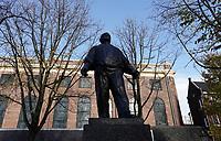 Nederland  Amsterdam -  2020.   De Dokwerker is een beeld en monument op het Jonas Daniël Meijerplein in Amsterdam ter nagedachtenis van de Februaristaking van 1941. Het standbeeld is in opdracht van het Amsterdamse gemeentebestuur ontworpen en gemaakt door de beeldhouwer Mari Andriessen. Foto : ANP/ HH / Berlinda van Dam