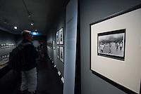 """Ausstellung """"Augen auf - 100 Jahre Jeica Fotografie"""" in der Galerie C/O Berlin.<br /> Vom 22. August bis 1. November 2015 zeigt die Berliner Galerie C/O Berlin Fotos und Ausstellungsstuecke zum Thema 100 Jahre Leica Fotografie.<br /> Die Ausstellung will die kunst- und kulturgeschichtliche Perspektive der Leica-Kameras zeigen und wie sich das fotografische Sehen im 20. Jahrhundert durch sie veraendert hat.<br /> Ausgestellt wird u.a. die ersten Leica-Kamera, die 1914 vom Feinmechaniker und Hobbyfotografen Oskar Barnack entwickelt wurde und bekannte und unbekannte Fotografien von Robert Capa, Rene Burri oder auch Henri Cartier-Bresson.<br /> Im Bild: Die Foto-Ikone des Fotojournalisten Nick Ut aus dem Vietnam-Krieg """"Napalm gegen Zivilisten"""".<br /> 21.8.2015, Berlin<br /> Copyright: Christian-Ditsch.de<br /> [Inhaltsveraendernde Manipulation des Fotos nur nach ausdruecklicher Genehmigung des Fotografen. Vereinbarungen ueber Abtretung von Persoenlichkeitsrechten/Model Release der abgebildeten Person/Personen liegen nicht vor. NO MODEL RELEASE! Nur fuer Redaktionelle Zwecke. Don't publish without copyright Christian-Ditsch.de, Veroeffentlichung nur mit Fotografennennung, sowie gegen Honorar, MwSt. und Beleg. Konto: I N G - D i B a, IBAN DE58500105175400192269, BIC INGDDEFFXXX, Kontakt: post@christian-ditsch.de<br /> Bei der Bearbeitung der Dateiinformationen darf die Urheberkennzeichnung in den EXIF- und  IPTC-Daten nicht entfernt werden, diese sind in digitalen Medien nach §95c UrhG rechtlich geschuetzt. Der Urhebervermerk wird gemaess §13 UrhG verlangt.]"""