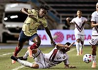 BARRANQUILLA – COLOMBIA, 09 –10-2020: Duvan Zapata de Colombia (COL) y Wilker Angel de Venezuela (VEN) disputan el balon durante partido entre los seleccionados de Colombia (COL) y Venezuela (VEN), de la fecha 1 por la clasificatoria a la Copa Mundo FIFA Catar 2022, jugado en el estadio Metropolitano Roberto Melendez en la ciudad de Barranquilla. / Duvan Zapata of Colombia (COL) and Wilker Angel of Venezuela (VEN) vie for the ball during match between the teams of Colombia (COL) and Venezuela (VEN), of the 1st date for the FIFA World Cup Qatar 2022 Qualifier,  played at Metropolitan stadium Roberto Melendez in Barranquilla city. Photo: VizzorImage / Julian Medina FCF / Cont.