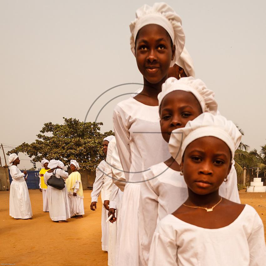 """La Chiesa dei Cristiani Celesti (Ijo Mimo ti Kristi lati Orun wa, in yoruba e A Gun Wiwe Olon Ton in fongbè) è una fede sincretica africana nata di recente. È stata fondata a Porto Novo (Benin) nel 1947 da un falegname yoruba, """"Samuel Oshoffa"""". Questi, in seguito a una visione, fu capace di effettuare miracoli. Stabilitosi poi in Nigeria (Ikeja, Lagos) il movimento si è diffusi rapidamente e con grande successo in tutta l'Africa occidentale.<br /> Ha assorbito vari elementi della liturgia cristiana protestante come i canti, le preghiere e le letture dei passi biblici, in particolare del Vecchio Testamento. Nello stesso tempo, ha assunto pratiche vvoodoo, come la danza al ritmo dei tamburi, la trance e il pasto comune alla fine della cerimonia. Durante la possessione gli adepti ricevono il dono della profezia e comunicano, spesso in lingue sconosciute, messaggi ai sacerdoti. Avvengono anche guarigioni di fedeli ammalati con aspersioni di acqua santa che scaccia gli spiriti maligni tra cui Satana."""""""