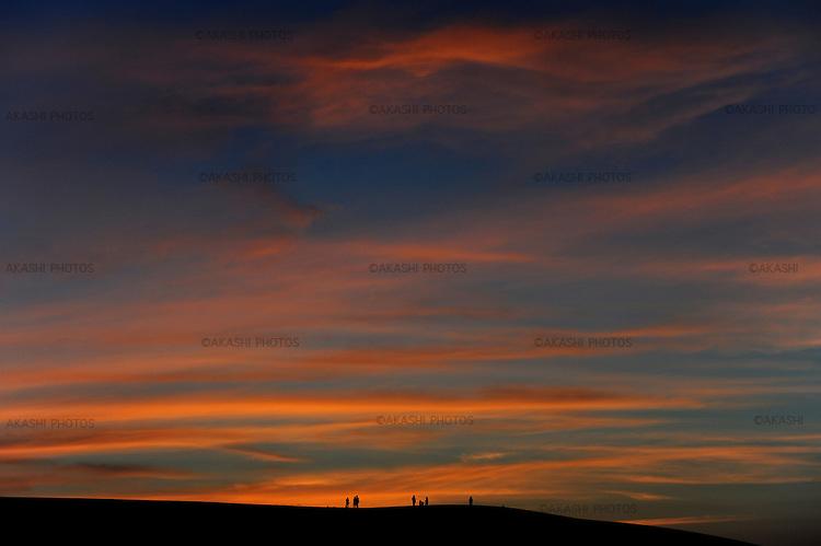 Panoramic view if Tottori dunes, where people come to see the sunset over the sea of Japan. These are the only dunes in Japan. <br /> <br /> Vue panoramique sur les dunes de Tottori, où les gens viennent voir le coucher de soleil sur la mer du Japon. Ce sont les seules dunes au Japon.