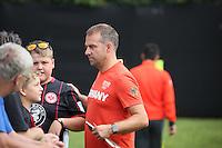 DFB-Sportdirektor Hansi Flick mit Fans beim Training - Training Deutsche Olympiamannschaft des DFB, Commerzbank Arena, Frankfurt
