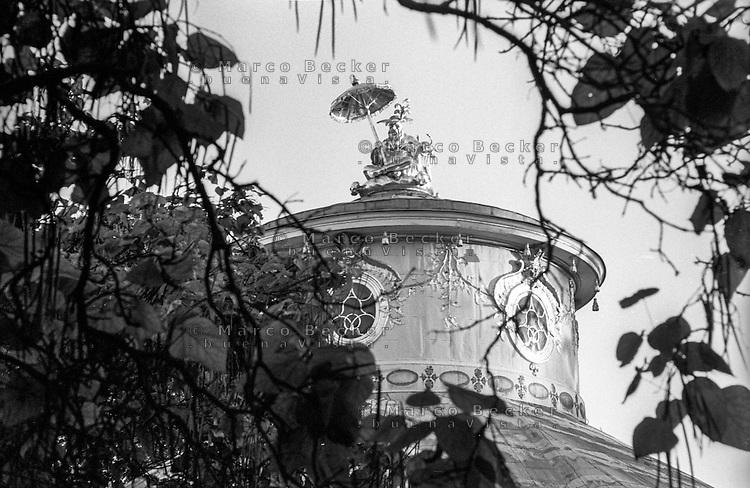 Potsdam, parco di Sanssouci. La figura cinese dorata con un parasole sulla cupola della casa cinese --- Potsdam, Sanssouci Park. Gilded Chinese figure with an open parasol on the cupola of the Chinese House