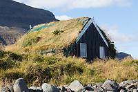 Hütte mit Grasdach, Skagafjörður, Skagafjördur, Fjord, Tundra, Camping-Platz Reykir - Grettislaug, Nord Island, Skagafjörður fjord in northern Iceland