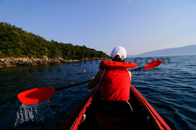 Mit dem Kanu auf Erkundungstour der Kueste nahe Glavotok; with the canoe discovering the coast around Glavotok, Krk Island, Dalmatia, Croatia. Insel Krk, Dalmatien, Kroatien. Krk is a Croatian island in the northern Adriatic Sea, located near Rijeka in the Bay of Kvarner and part of the Primorje-Gorski Kotar county. Krk ist mit 405,22 qkm nach Cres die zweitgroesste Insel in der Adria. Sie gehoert zu Kroatien und liegt in der Kvarner-Bucht suedoestlich von Rijeka.