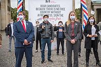 """Aktion der Menschenrechtsorganisation Reporter ohne Grenzen (RSG) am Mittwoch den 7. Oktober 2020 in Berlin zur Pressefreiheit in den USA.<br /> Die Organisation forderte alle Kandidatinnen und Kandidaten der US-Wahlen im November 2020 auf, sich oeffentlich zur Pressefreiheit zu bekennen, wie sie der erste Verfassungszusatz garantiert.<br /> RSF beklagte die """"gewalttaetigen Angriffe auf Journalistinnen und Journalisten, Zugangsbeschraenkungen fuer unabhaengige Medien, ein aufgeweichter Quellenschutz und ein Praesident, der nahezu taeglich gegen Medienschaffende hetzt – die Presse ist in den Vereinigten Staaten in den vergangenen Jahren in beispielloser Weise unter Beschuss geraten"""".<br /> Im Bild vorderste Reihe vlnr.: RSF-Geschaeftsfuehrer Christian Mihr und RSF-Pressereferentin fuer die USA, Juliane Matthey.<br /> 7.10.2020, Berlin<br /> Copyright: Christian-Ditsch.de"""