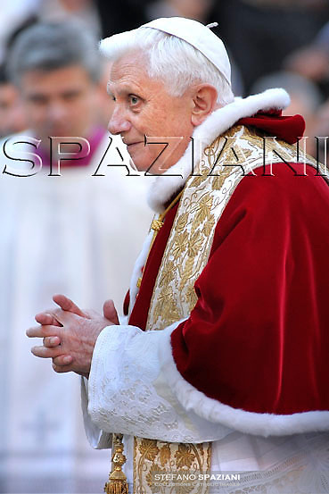 Pope Benedict XVI prayer ceremony during the traditionnal visit to the statue of Mary on the day of the celebration of the Immaculate Conception et Piazza di Spagna (Spanish Square) on December 8, 2008