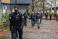 """Am 17. November durchsuchte die Polizei mit einem Grossaufgebot von ueber 1.600 Einsatzkraeften aus mehreren Bundeslaendern mehrere Wohnungen in Berlin wegen des Verdachts auf Beteiligung an dem Einbruch in das Dresdner """"Gruene Gewoelbe"""" im November 2019, bei dem Juwelen im Wert von mehreren Millionen Euro gestohlen wurden. Drei Personen wurden festgenommen, nach vier Personen wird gefahndet.<br /> Im Bild: Polizeieinsatz in der Gitschiner Strasse 35 in Berlin-Kreuzberg.<br /> 17.11.2020, Berlin<br /> Copyright: Christian-Ditsch.de"""