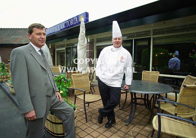 Hoenderloo , 030500  foto : APA foto<br />Manager van Residence Victoria dhr Snellaars en chef kok van het Nederlands elftal dhr Klein Gebbink.