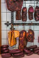 Europe/Allemagne/Bade-Würrtemberg/Forêt Noire/Herzogsweiler: Chez Frank Pfau charcutier, spécialités  charcuteries fumées de la Forêt Noire: Pfau Räucher Spezialitäten