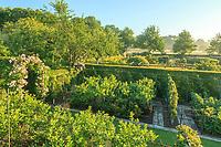 """Les jardins du prieuré d'Orsan : vue plongeante sur """"l'Allée des petits fruits"""" et le """"Labyrinthe""""<br /> <br /> Mention obligatoire du nom du jardin et pas d'usage publicitaire sans autorisation préalable."""