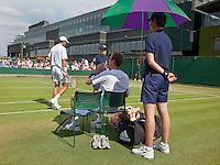 23-06-10, Tennis, England, Wimbledon, Thiemo de Bakker houdt het hoofd koel tewijl zijn oponent  Giraldo passeert, op de achtergrond het Centercourt
