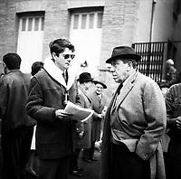 """Tournage du film """"La Bourse ou la Vie"""" de Jean Pierre Mocky, dans le quartier de St Sernin, Tououse, France, novembre 1965<br /> <br />  2 novembre 1965. Vue de Fernandel sur le tournage <br /> <br /> PHOTO:  Fonds André Cros,"""