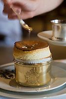 """Europe/France/Rhône-Alpes/69/Rhône/Bagnols: Service du  soufflé citronné,sauce  suzette  , recette de  Mathieu Fontaine  chef du  Restaurant  du """"Chateau de Bagnols"""""""