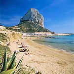 Spain, Costa Blanca, Calp: popular beach resort with the Penon de Ifach nature reserve | Spanien, Costa Blanca, Calp: beliebter Urlaubsort mit dem Penyal d'Ifac