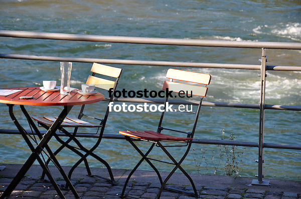 Ende eines Spätsommertages an der Rheinpromenade in Bignen am Rhein