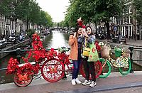 Nederland - Amsterdam - Juli 2020.   De Wallen.  Bloemenfietsen van Warren Gregory de Flower Bike Man. Toeristen nemen een selfie.   Foto ANP / Hollandse Hoogte / Berlinda van Dam