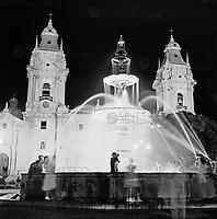 Springbrunnen vor der Kathedrale von Lima auf der Ostseite der Plaza Mayor, Peru 1960er Jahre. Fountain in front of the entrance of the cathedral at Lima, Peru 1960s.