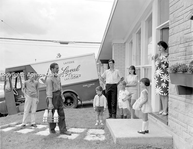 Camion de livraison de la laiterie LAVAL<br /> entre le 16 juillet et le 1er aout 1965<br /> <br /> Photographe : Photo Moderne
