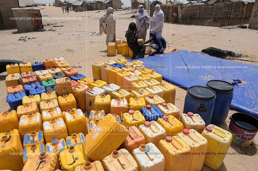 MAURETANIA, Nouakchott, slum Gazara, water supply with plastic water bag / MAURETANIEN, Nuakschott, Slum Gazara, Wasserversorgung mit einem Wasserschlauch