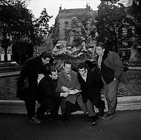 e 19 décembre 1957. Vue d'un groupe de joueurs du Stade Toulousain, Mirouze, Garriguet et Guibert qui écoutent les propos de l'entraîneur stadiste Michel Bénazet devant la fontaine de la place Wilson.