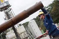 Erkundungsbohrung der Bayerngas GmbH im brandenburgischen Reudnitz.<br /> Die Bayerngas GmbH vermutet hier ein Erdgasvorkommen von bis zu 10 Milliarden Kubikmetern. Die Erkundungsbohrung soll bis zum Oktober 2014 laufen.<br /> Im Bild: Arbeiter wechseln ein Bohrgestaenge aus.<br /> 26.8.2014, Reudnitz/Brandenburg<br /> Copyright: Christian-Ditsch.de<br /> [Inhaltsveraendernde Manipulation des Fotos nur nach ausdruecklicher Genehmigung des Fotografen. Vereinbarungen ueber Abtretung von Persoenlichkeitsrechten/Model Release der abgebildeten Person/Personen liegen nicht vor. NO MODEL RELEASE! Don't publish without copyright Christian-Ditsch.de, Veroeffentlichung nur mit Fotografennennung, sowie gegen Honorar, MwSt. und Beleg. Konto: I N G - D i B a, IBAN DE58500105175400192269, BIC INGDDEFFXXX, Kontakt: post@christian-ditsch.de<br /> Urhebervermerk wird gemaess Paragraph 13 UHG verlangt.]