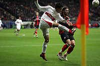 Ricardo Osorio (VfB Stuttgart) kl‰rt vor Ioannis Amanatidis (Eintracht Frankfurt) nahe der Eckfahne