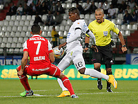 MANIZALES  -COLOMBIA. 19-NOVIEMBRE-2014. Johan Arango de  Once Caldas disputa el balon conLuis Carlos Arias de Independiente Santa Fe   partido de los cuadrangulares semifinales  fecha 2 de La Liga Postobon 2014- II jugado en el estadio Palogrande . / Johan Arango Once Caldas fights for the ball with Luis Carlos Arias of  Independiente  Santa Fe  Party runs semifinals 2th dated 2014-2 of  Liga Postobon  played in the stadium Palogrande:  VizzorImage / Santiago Osorio / Stringer