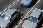 Menores de rua pede ajuda em cruzamento. São Paulo. 1994. Foto de Juca Martins.