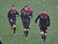 Russia U19 - Belgium U19 : de Belgische meisjes gaan schuilen voor Hagel en regen.foto DAVID CATRY / Nikonpro.be