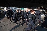 """Demonstration gegen steigende Mieten und Zwangsraeumungen in Berlin.<br />Am Samstag den 29. Maerz 2014 demonstrierten ueber 500 Menschen in Berlin-Kreuzberg mit einer sog. """"Laerm-Demo"""" gegen steigende Mieten und Zwangsraeumungen. Es war die 25. """"Laerm-Demo"""".<br />Die Demonstration wurde zum ersten Mal von starken Polizeikraeften begleitet; dazu waren 3 Einsatzhundertschaften der Berliner Polizei und eine Hundertschaft einer speziellen Festnahmeeinheit aus Sachsen-Anhalt im Einsatz (im Bild). Die Festnahmeeinheit ist fuer ihr hartes Eingreifen bekannt und war zu Uebungszwecken fuer einen Einsatz am 1. Mai nach Berlin gekommen. Bereits im Vorfeld der Demonstration kam es zu Platzverweisen, Beschlagnahmungen von Flugblaettern, und der Festnahme eines Flugblattverteilers.<br />Waehrend der Abschlusskundgebung der Demonstration stuermte die Polizei eine nahe gelegene Ladenwohnung, vor der junge Leute zu lauter Musik tanzten. Dabei wurde Mobiliar in der Wohnung von vermummten Polizeibeamten zerstoert und ein Teil der Musikanlage beschlagnahmt. Vor der Wohnung griffen Beamte der Spezialeinheit aus Sachsen-Anhalt Journalisten an und versuchten, Kameras zu beschaedigen und sie am arbeiten zu hindern.<br />29.3.2014, Berlin<br />Copyright: Christian-Ditsch.de<br />[Inhaltsveraendernde Manipulation des Fotos nur nach ausdruecklicher Genehmigung des Fotografen. Vereinbarungen ueber Abtretung von Persoenlichkeitsrechten/Model Release der abgebildeten Person/Personen liegen nicht vor. NO MODEL RELEASE! Don't publish without copyright Christian-Ditsch.de, Veroeffentlichung nur mit Fotografennennung, sowie gegen Honorar, MwSt. und Beleg. Konto:, I N G - D i B a, IBAN DE58500105175400192269, BIC INGDDEFFXXX, Kontakt: post@christian-ditsch.de]"""