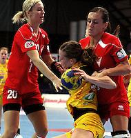 Die Leipzigerinnen gewannen auch das zweite Spiel der Gruppenphase in der Champions League. Im Bild: Louise Lyksborg versucht sich dem Angriff zweier Ungarinnen zu erwehren. Foto: Ines Christ