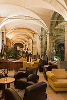 France, Haute-Savoie (74), Talloires: Hôtel-Restaurant: L'Abbaye de Talloires,  salon dans le cloitre // France, Haute Savoie, Talloires:  Hôtel-Restaurant: L'Abbaye de Talloires, living in the cloister