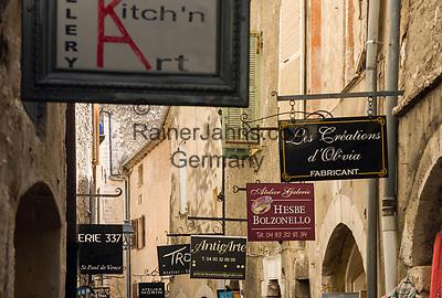 Frankreich, Provence-Alpes-Côte d'Azur, Saint-Paul de Vence: Altstadtgasse - viele Touristen besuchen dieses mittelalterliche Staedtchen, in dem viele Kuenstler und Kunsthandwerker leben, auch Marc Chagall lebte hier 20 Jahre lang, sein Grab befindet sich auf dem hiesigen Friedhof   France, Provence-Alpes-Côte d'Azur, Saint-Paul de Vence: old town lane, medieval town residence of many artists and artisans, Marc Chagall lived here for 20 years, he is buried at the local cemetery
