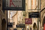 Frankreich, Provence-Alpes-Côte d'Azur, Saint-Paul de Vence: Altstadtgasse - viele Touristen besuchen dieses mittelalterliche Staedtchen, in dem viele Kuenstler und Kunsthandwerker leben, auch Marc Chagall lebte hier 20 Jahre lang, sein Grab befindet sich auf dem hiesigen Friedhof | France, Provence-Alpes-Côte d'Azur, Saint-Paul de Vence: old town lane, medieval town residence of many artists and artisans, Marc Chagall lived here for 20 years, he is buried at the local cemetery