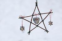 Stern aus Ästen und selbstgemachtes Vogelfutter, Bastelei, Selbstgemachte Fettfuttermischung, wird in Förmchen gefüllt, Vogelfutter selbst herstellen, Vogelfutter selber machen, Fettfutter für Meisenknödel, Fettfuttermischung, Vogelfütterung, Fütterung, bird's feeding, bird seed, birdseed