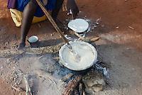 TANZANIA, Korogwe, Massai in Kwalukonge village, woman cook maize mash / TANSANIA, Korogwe, Massai im Dorf Kwalukonge, Frau kocht Essen, Maisbrei