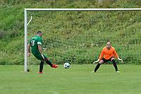 Ender Kahraman (Rüsselsheim) erzielt das 3:3 per Elfmeter gegen Antonio Pfeifer (Erfelden) - Erfelden 29.08.2021: SKG Erfelden gegen DJK SG Eintracht Rüsselsheim, Sportplatz Erfelden
