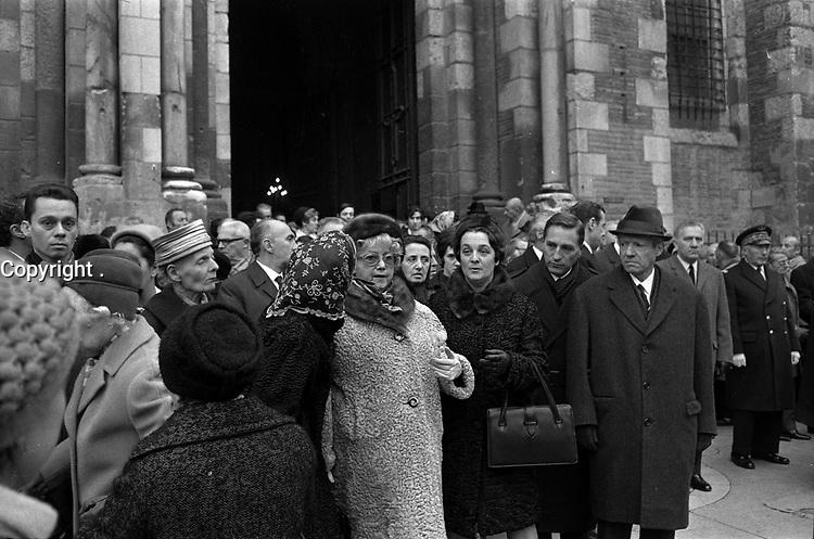 Devant la Basilique Saint-Sernin. 6 décembre 1969. Obsèques de Didier Daurat : vue d'ensemble foule devant l'entrée de la basilique. Observation: Didier Daurat est décédé dans la nuit du 2 au 3 décembre 1969. Il est d'abord enterré au cimetière Terre-Cabade. Puis le 21 avril 1972, son cercueil est transféré et enterré en bordure des pistes de l'aérodrome de Montaudran.