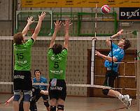 VT Marke Webis Wevelgem - Rembert Torhout : Thijs Claassen (links) en Pieterjan Blondeel proberen de smash van Simon Hollevoet te stoppen.foto VDB / BART VANDENBROUCKE