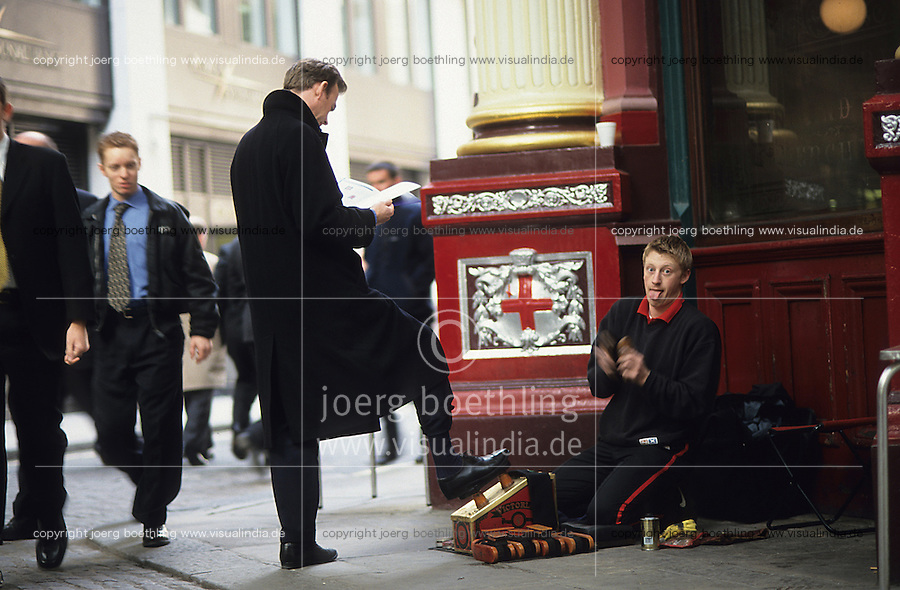 Great Britain, London, shoe shine service for business people in Leadenhall market in finance center / Grossbritannien, England, London, Schuhputzer Service fuer Manager, Broker, Geschaeftsleute im Leadenhall Markt im Finanzzentrum Londons