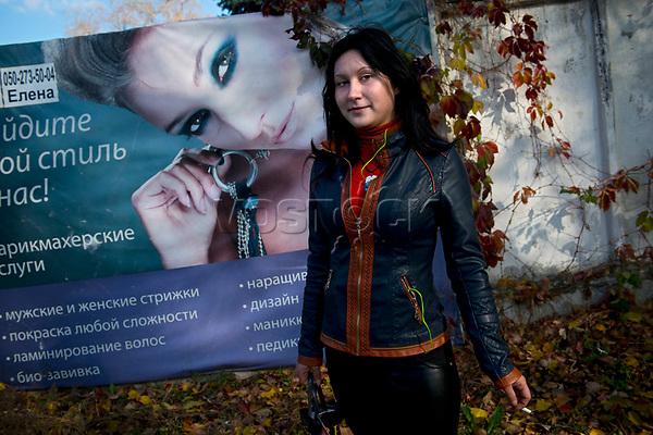 Tanya, Scharfschuetzin der pro-russischen Separatisten, Portrait, Donezk, Ukraine, 10.2014,  Tanya, 19-years old female sniper of the DNR (Donetsk People's Republic) Army portraited on the suburb of Donetsk. ***HIGHRES AUF ANFRAGE*** ***VOE NUR NACH RUECKSPRACHE***