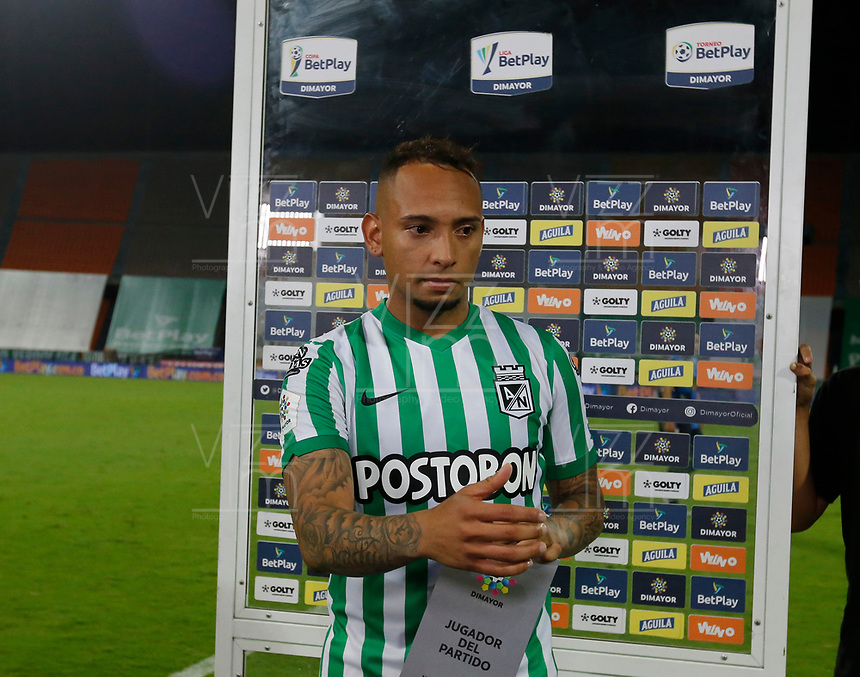 MEDELLÍN- COLOMBIA,  06-02-2021 .Jarlan Barrera del Atlético Nacional recibe la distinción al mejor jugador después del encuentro por la fecha 5 entre Atlético Nacional y Boyacá Chicó como parte de la Liga BetPlay DIMAYOR 2021 jugado en el estadio Atanasio Girardot de la ciudad de Medellín. / Jarlan Barrera of Atletico Nacional  receives the best player award match for the date 5 between Atletico Nacional  and Boyaca Chico as part of the BetPlay DIMAYOR League I 2021 played at Atanasio Girardot stadium in Medellin city. Photo: VizzorImage / Donaldo Zuluaga/ Contribuidor